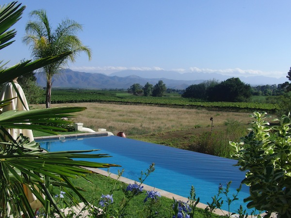 Auch das bietet Kapstadt: Unweit der Metropole finden sich im Land rund ums Kap faszinierende B & Bs, wie dieses mit luxuriösem Swimming Pool direkt hinein ins Land ..