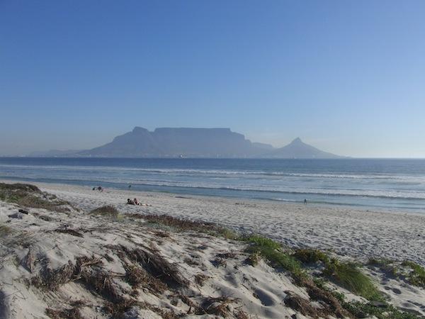 Der Tafelberg in Südafrika ist ein markantes Landwahrzeichen und thront mächtig über der Bucht von Kapstadt am Südwestzipfel Südafrikas.