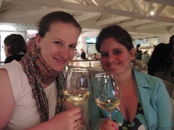 """Das """"Cheers"""" lassen wir uns nicht nehmen und feiern unser Wiedersehen in Kapstadt im Jahr 2011 gebührend! Vielen Dank für den wunderbaren Empfang, liebe Toni!"""