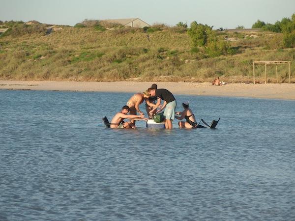 In Australien geht es ganz entspannt ab: Mitten im Meer findet man sich hier zum feucht-fröhlichen Picknicken wieder