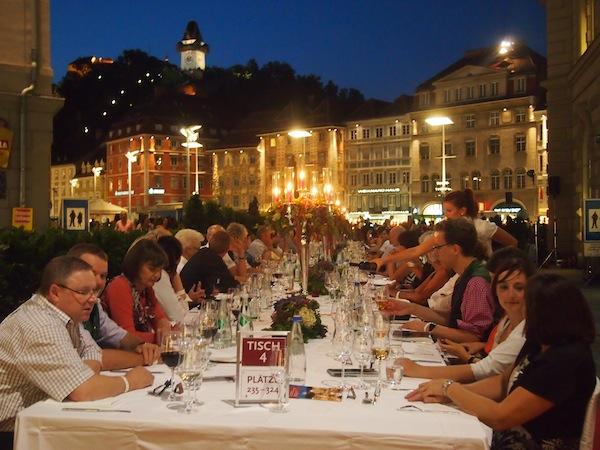 """Highlight der diesjährigen Genuss-Veranstaltungen mit Reisebloggern: Unsere Einladung an die """"Lange Tafel der Genusshauptstadt Graz"""" im August 2013, an der wir gemeinsam mit über 700 geladenen, internationalen Gästen Platz nehmen durften … Wow!"""
