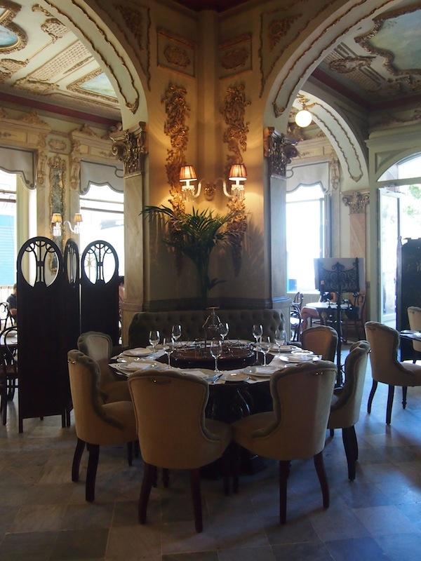Die Klassik und Eleganz dieses Cafés steht jenen in meinem eigenen Land um nichts nach: Hier fühle ich mich (fast) wie zuhause!