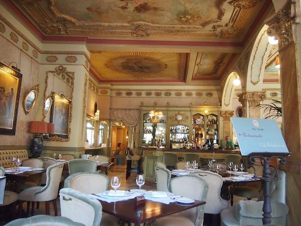 Hättet Ihr so ein schönes Café inmitten der andalusischen Metropole Cádiz vermutet? Gesucht, gefunden: Das Café Royalty in der Altstadt von Cádiz.
