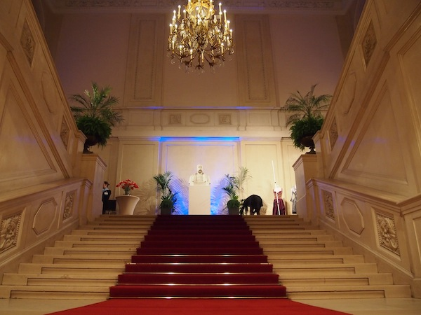 Der Aufgang zur Messe ReiseSalon führt über die Prunktreppe mit der Statue von Kaiser Franz Josef - ganz haben die Österreicher den Imperialismus eben doch nicht überwunden. ;)