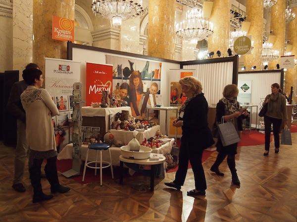 Gemütliche und zugleich feudale Stimmung herrschst am Gemeinschaftsstand von Kreativ Reisen Österreich im Zeremoniensaal der Wiener Hofburg.