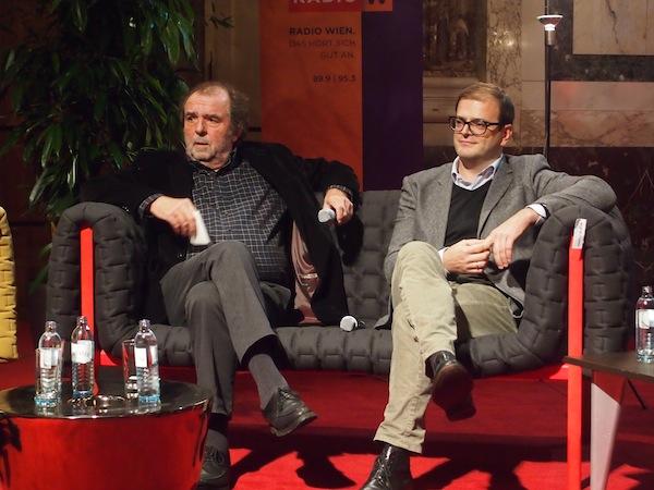 Reisejournalist Frido Hütter (links im Bild) sowie Robert Kropf (Insiderei.com) lauschen angeregt der Diskussion ...