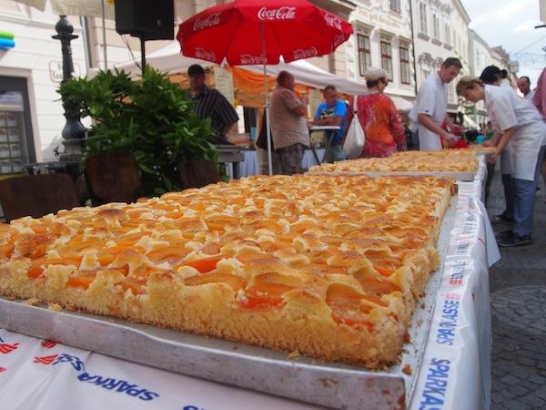 """Stichwort """"Geschichten erzählen"""": Wusstet Ihr, dass meine eigene Heimatstadt Krems jährlich den längsten Marillenkuchen der Welt feiert?!"""