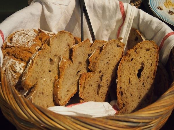 Das Brot hat es mir angetan ... Genau so frisch und außen knusprig wünsche ich mir mein österreichisches Schwarzbrot :D