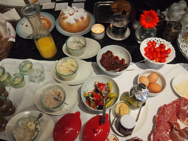 Frühstücksbuffet mit köstlichen, hausgemachten Spezialitäten im Woracziczky bread & coffee von Krems ... einfach festlich!
