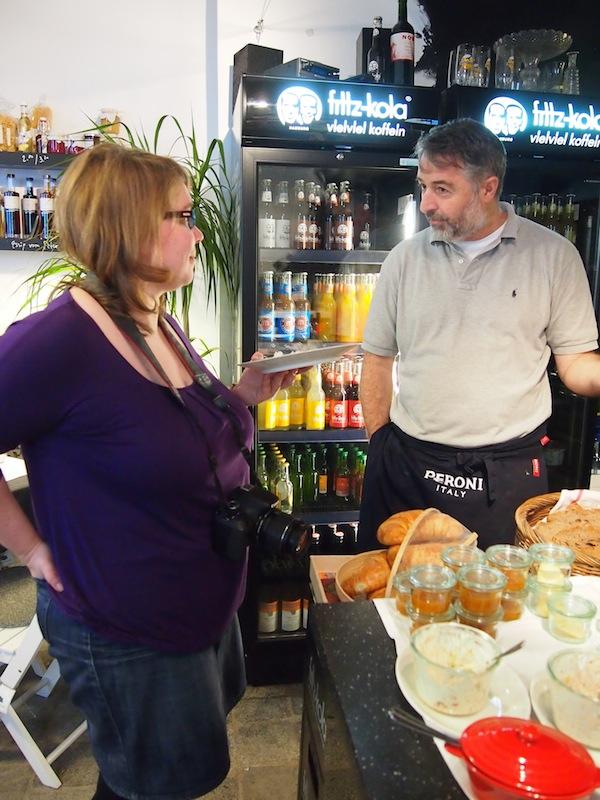 Gastgeber & Janett unterhalten sich beim netten Plaudern im Woracziczky bread & coffee über das Reisen nach Deutschland und die Inspiration von unterwegs.