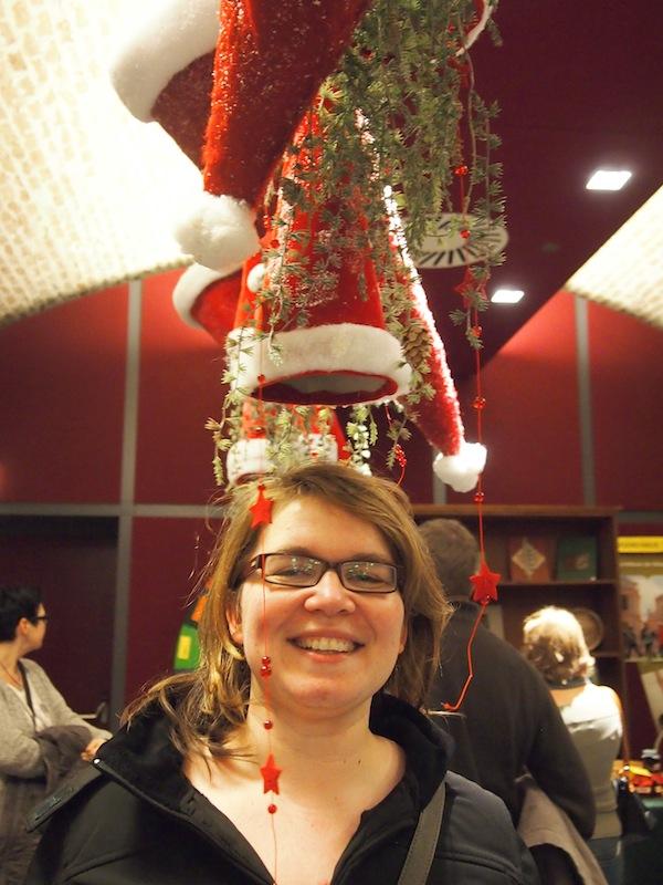 Janett genießt ihren Besuch am Weihnachtsmarkt im Brunnensaal des Stiftes sichtlich ...!