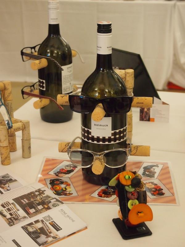 Auch der Erfindungsreichtum der Aussteller beeindruckt uns: Hier gibt es kreative Weinflaschen überzogen von typischer Wachauer Tracht, Kork & Sonnenbrillen.!