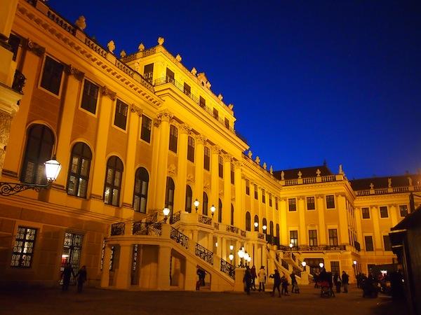 """Und schließlich das Schloss selbst: Die berühmte """"blaue Stunde"""" ermöglicht diese wunderschöne Aufnahme, das Highlight meines gesamten Besuches!"""