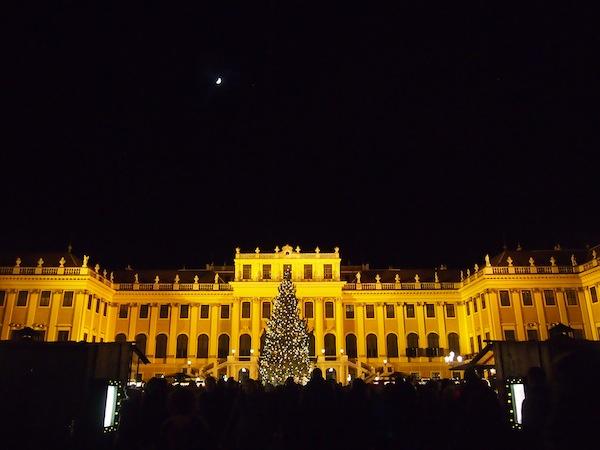 Das Schloss Schönbrunn ... Immer sowie gerade jetzt zur Weihnachtszeit, einen Besuch wert.
