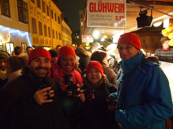 Die Glühwein- bzw. Weihnachtsmarkt-Truppe - von links nach rechts: Máximo Perez, Sarah Lee, Katrina Stovold & Terry Lee. Thanks everyone for coming along!
