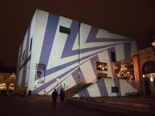 Das Museumsquartier empfängt uns mit coolen Lichtinstallationen wie hier auf dem Leopold Museum ...