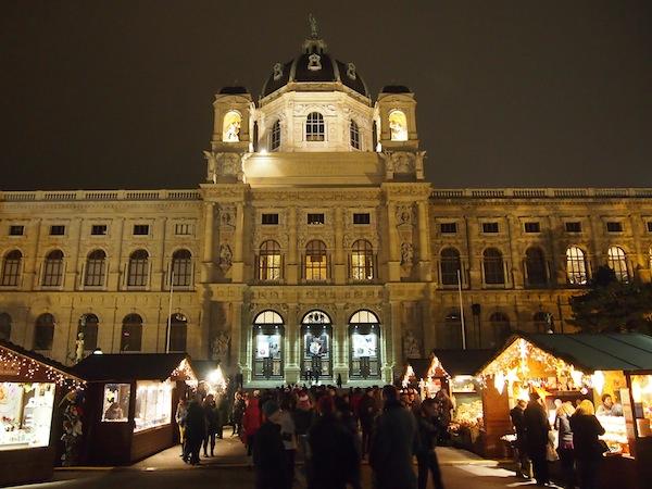 Eine prächtige Kulisse bietet hier beispielsweise das Kunsthistorische Museum Wien zum Weihnachtsdorf am Maria-Theresien-Platz.