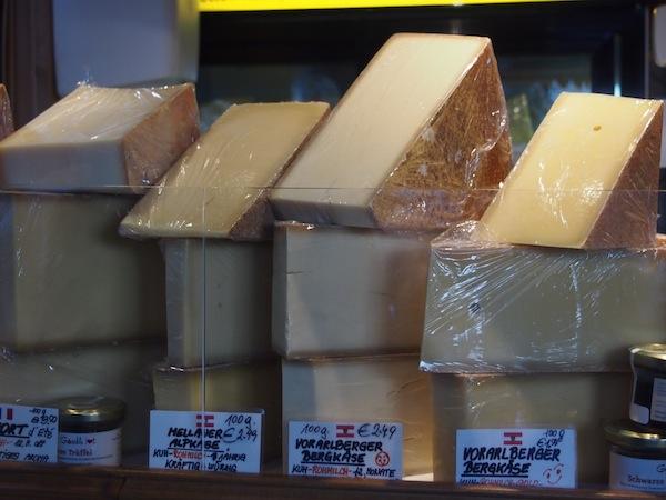 """Auf geht's zum Einkaufen der Zutaten für unser Menü: Den Besuch im """"duften"""" Käseland am Wiener Naschmarkt werde ich so schnell nicht vergessen. Hier gibt es köstliche Käsevariationen wie aus Tausend und einer Nacht!"""