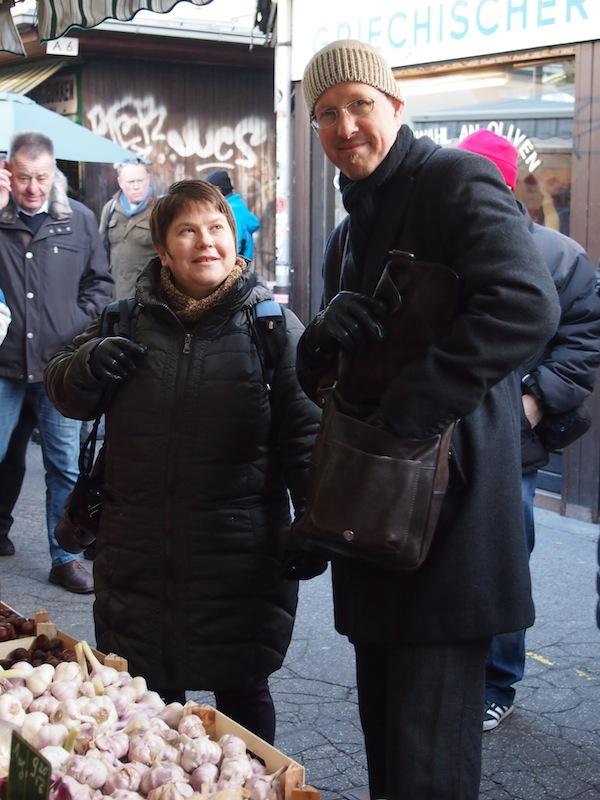 Katrina & Thomas beraten sich beim Einkauf.