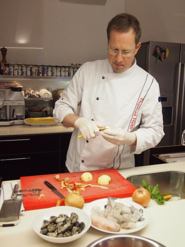 Thomas Hüttl ganz in seinem Element: Keiner seiner Kochkurse vergeht ohne geduldiges Erklären, Lernen, Üben der richtigen Schneide- und Zubereitungstechniken.
