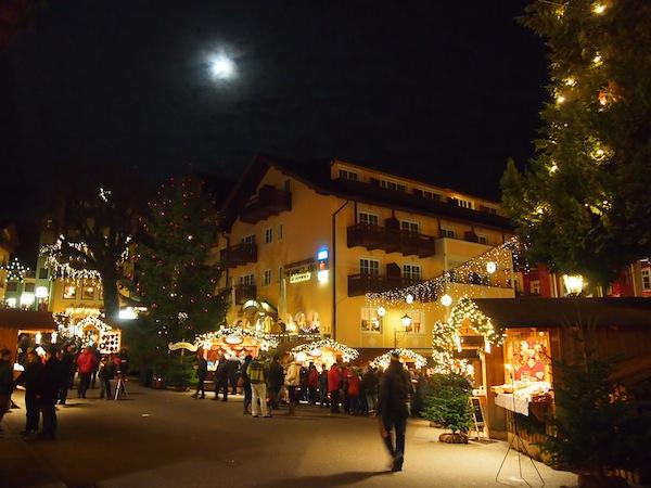 Abends in Sankt Wolfgang am Wolfgangsee, Salzburg: Der Mond scheint hell über dem Adventdorf von Sankt Wolfgang.