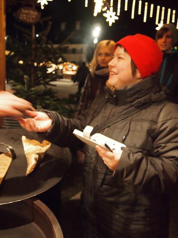 ... blieb auch der herzlichen Katrina Stovold von www.TourAbsurd.com nicht verborgen: Hier beim gemütlichen Austausch mit den Einheimischen.