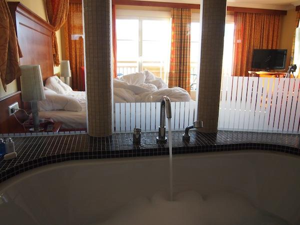 """Der SeeSpa führt hier direkt vom Haus aus auf den See hinaus ... bzw. fängt mit der Badewanne in der """"Rössl-Suite"""" schon mitten im Zimmer an. ;)"""