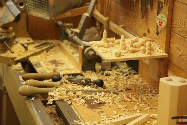 Blick auf die Werkbank in der Werkstatt von Seiffen. / Foto: Anna Zell