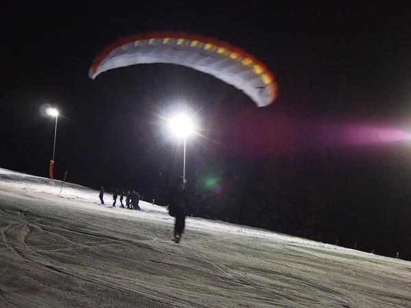 """Der Hochkönig ist ein traumhaftes & weitläufiges Schigebiet, das wesentlich mehr zu bieten hat als bloß Alpinschifahren. Hier sehen wir talentierten Einheimischen bei der nächtlichen Skishow in Dienten beim Wedeln, Carven, Boarden sowie gar dem """"Ski-Paragliding"""" zu!"""