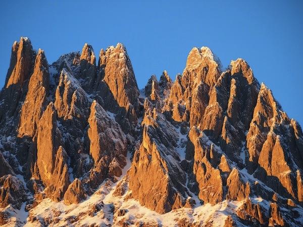 ... die Spitzen des fast 3.000 Meter-hohen Hochkönig-Massivs leuchten kräftig im Licht der orange-goldenen Sonne ...
