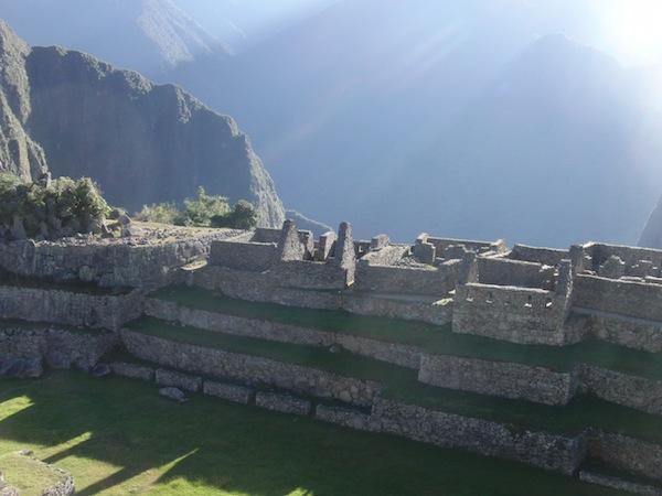 Last but not least: Reiseinspiration pur. Wenn ich auf dieses wunderschöne, sonnengebadete Foto starre, möchte ich sofort wieder zum Machu Picchu reisen. Und zwar am liebsten um 08.00 Uhr morgens, als dieses Foto entstand: Wenn noch nicht so viele Touristen vor Ort sind. Und man die Magie der heiligen Tempelstätte ganz direkt und unmittelbar spüren kann.