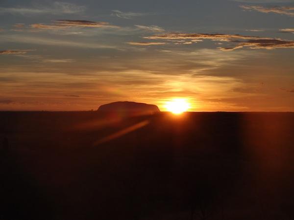 Glückseligkeit auf Reisen: Den Sonnenaufgang über dem Ayers Rock zu erleben, gehört zu meinen besten und schönsten Reiseerinnerungen an den australischen Kontinent. Noch schöner wäre es wohl nur mit Familie & Freunden rings um mich gewesen.