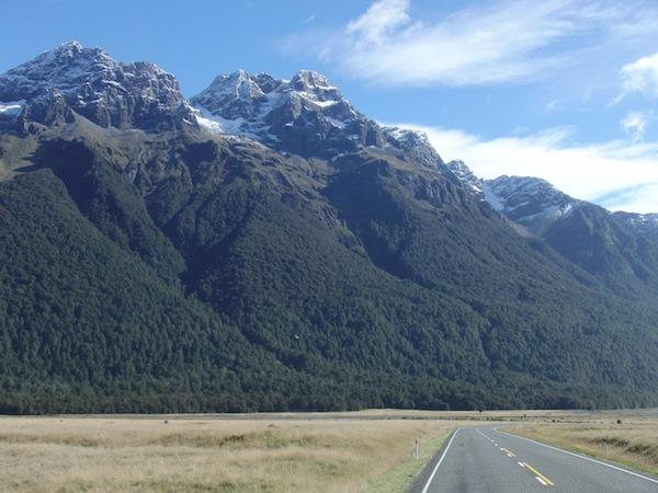 Blick auf die atemberaubenden Landschaften in Fjordland im Südwesten von Neuseelands Südinsel: Diese Landschaft auf dem Weg zum Milford Sound gehört zu meinen absoluten Lieblingslandschaften weltweit. Ich kann es nicht erklären, aber ich LIEBE diesen Ort. :D