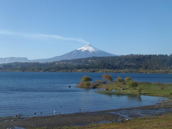 """So ein rauchender Vulkan wie hier in Villarrica, Chile, kann manchmal ganz schön """"angsteinflößend"""" sein … zumindest wenn man sich einredet, am nächsten Tag vor dem Ausbruch zu stehen! Sollen ja ganz schön aktiv sein, diese Anden. ;)"""