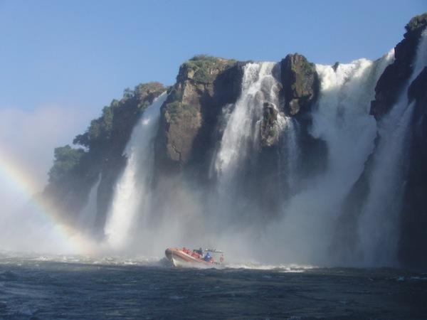 Die Iguazú-Wasserfälle im Dreiländer-Eck von Paraguay, Brasilien und Argentinien sind eine fragile natürliche Ressource unseres Planeten: Wie achtlos dort manche Besucher mit Müll, Tieren oder anderen Reisenden umgehen bringt mich zeitweise zur Weißglut.