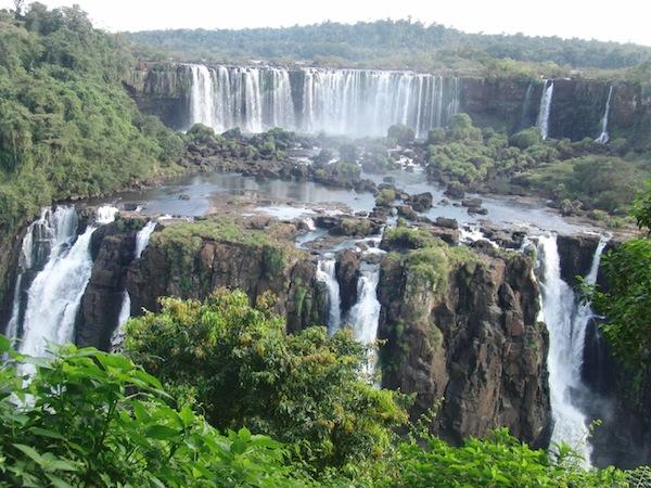 Auch so ein Erlebnis, das mich nicht wieder loslässt: Der Besuch der tosenden Iguazú-Wasserfälle am Dreiländereck zwischen Brasilien, Argentinien und Paraguay im Juni 2011.