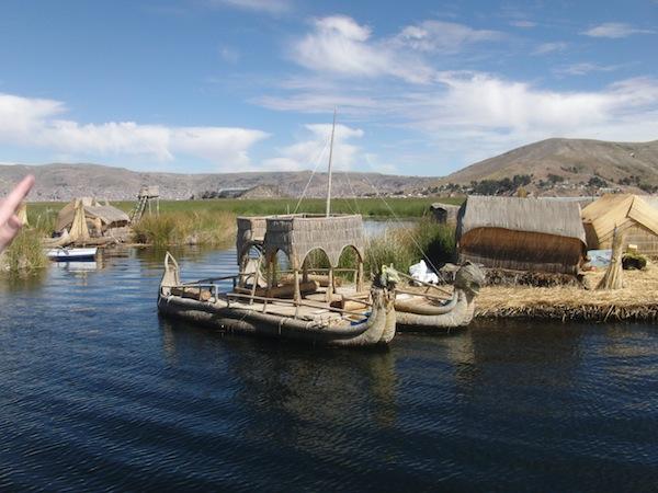 """Apropos schwimmende Inseln: Das Volk der Uros lebt auch heute noch nach ihren Traditionen und bindet im Titicaca-See wachsendes Schilf zu """"schwimmenden Inseln"""", Booten und Häusern zusammen. Dieses einzigartige Kulturphänomen steht heute unter dem Schutz der UNESCO-Welterbe-Kommission."""