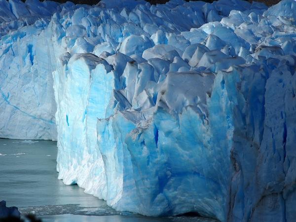 Viele Tausend Kilometer weiter südlich kalben Gletscher wie diese beim Perito Moreno nahe El Calafate, Argentinien.