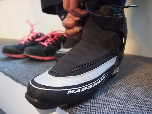Wir lassen uns nicht beirren: Langlaufschuhe sind schon mal wesentlich angenehmer zu tragen als die viel klobigeren Schischuhe.