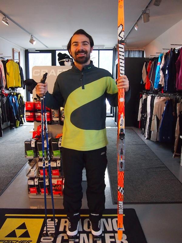 """In den Startlöchern: Heute lernen wir die Ganzkörperbewegung des Langlaufen an der frischen Luft. Wem's zu """"langweilig"""" wird, der versucht sich in der Königsdisziplin des """"Skating"""" wie die Biathlon-Helden."""