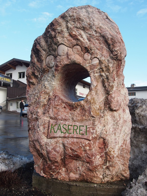 Die Betriebsbesichtigung der Käserei Plangger lohnt sich wirklich: Nirgendwo sonst kann man sich so gut durch ausgezeichnete Tiroler Käsespezialitäten kosten.