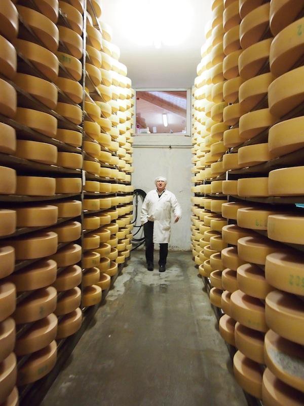 """Bei der Betriebsbesichtigung nimmt uns Herbert Plangger mit in das Herzstück seines Betriebes: Die """"heiligen Hallen"""" der hier lagernden Bio-Käselaiber."""