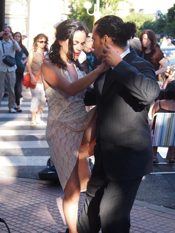 So viel Sinnlichkeit gibt's ebenfalls: Tango, leichtfüßig wie ein Hauch, in den Straßen der argentinischen Hauptstadt, eingefangen in meinem Reisevideo ...