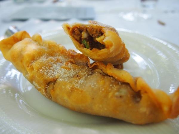 """In Buenos Aires lernten wir dank der engagierten """"Teresita La Bella"""" diese köstlichen, hausgemachten Empanadas (gefüllte Teigtaschen) zubereiten. Im Anschluss gab's saftige Steaks … mmmh!"""