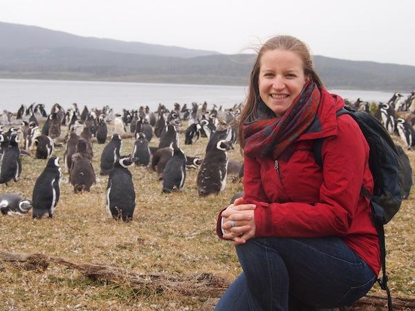 Mein Glück kann ich damals kaum fassen, als ich mich zwischen all diesen süßen Pinguinen mit ihrem Geschnatter und bedächtigen Watschelschritten fotografieren lasse … Sofort möchte ich da wieder hin!!!