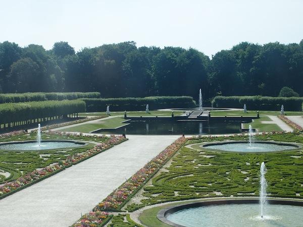 Die wunderschönen Parkanlagen der Schlösser Brühl im Sommer.