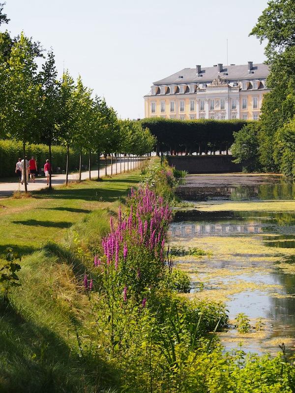 Besonders dieser Blick auf das Schloss Augustusburg hat es mir angetan. So schön - und wirklich sehenswert hier! Seht Euch ruhig auch mal die englischen & französischen Website-Infos darüber an und empfehlt sie Euren Freunden. ;)