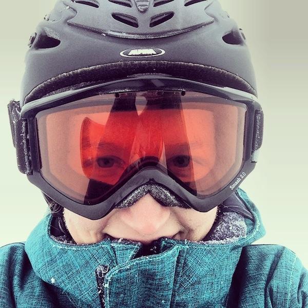 """Auf geht's: Ich mache gleich mal mein erstes """"Nasenspitzenfoto"""" - mehr mag bei Wind & Wetter einfach nicht herausschauen. Echte Schifahrerherzen erfreuen sich jedoch auch an Schneefall: PULVERSCHNEE-Alarm :D"""