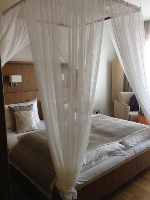 Gemütlich: Die komfortablen Zimmer mit diesem schönen Himmelbett laden zum Chillen und Relaxen ein ...