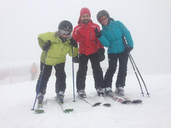 Wir lassen uns nicht entmutigen: Gegen das schlechte Wetter sind wir gut angezogen, der Schnee ist fabelhaft - nur die Sicht könnte besser sein.